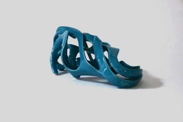 Sculpture céramique contemporaine Abandonnée des vagues, un corps de femme abandonnée sur la plage. émail couleur turquoise