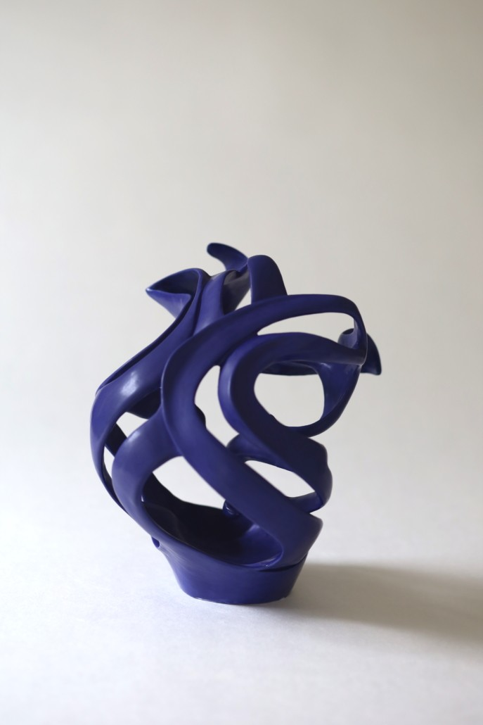 envol sculpture contemporaine bleu indigo réalisée pendant le confinement ceramique Julie Espiau les entrelacs une vision abstraite du corps de la femme