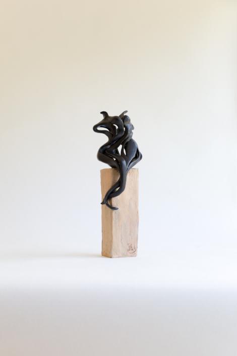 """Julie Espiau Sculptures céramiques - Elégantes Marines """"Elégance"""" émail noir mat effet martelé sur plot patiné effet bois flotté - Saine Jean de Luz France France"""