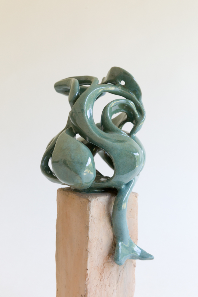 """Julie Espiau Sculptures céramiques - Elégantes Marines """"Enroulée"""" émail vert océan à effets sablé sur plot patiné effet bois flotté - Cap Ferret France"""