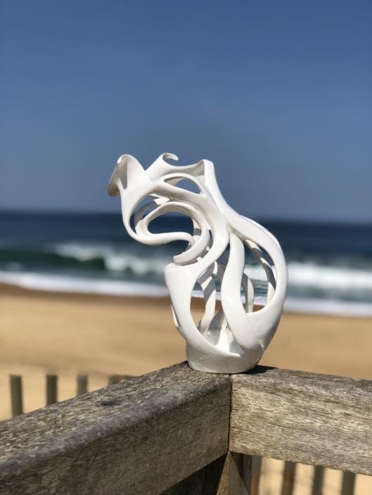Sculpture céramique contemporaine julie espiau Photo prise devant la plage hossegor dans les landes