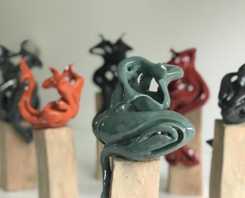 """Julie Espiau Sculpture """"Elégantes Marines"""" - groupe de sirène sur des plots des bois flottés- Céramique émaillée - Exposition de Biarritz"""