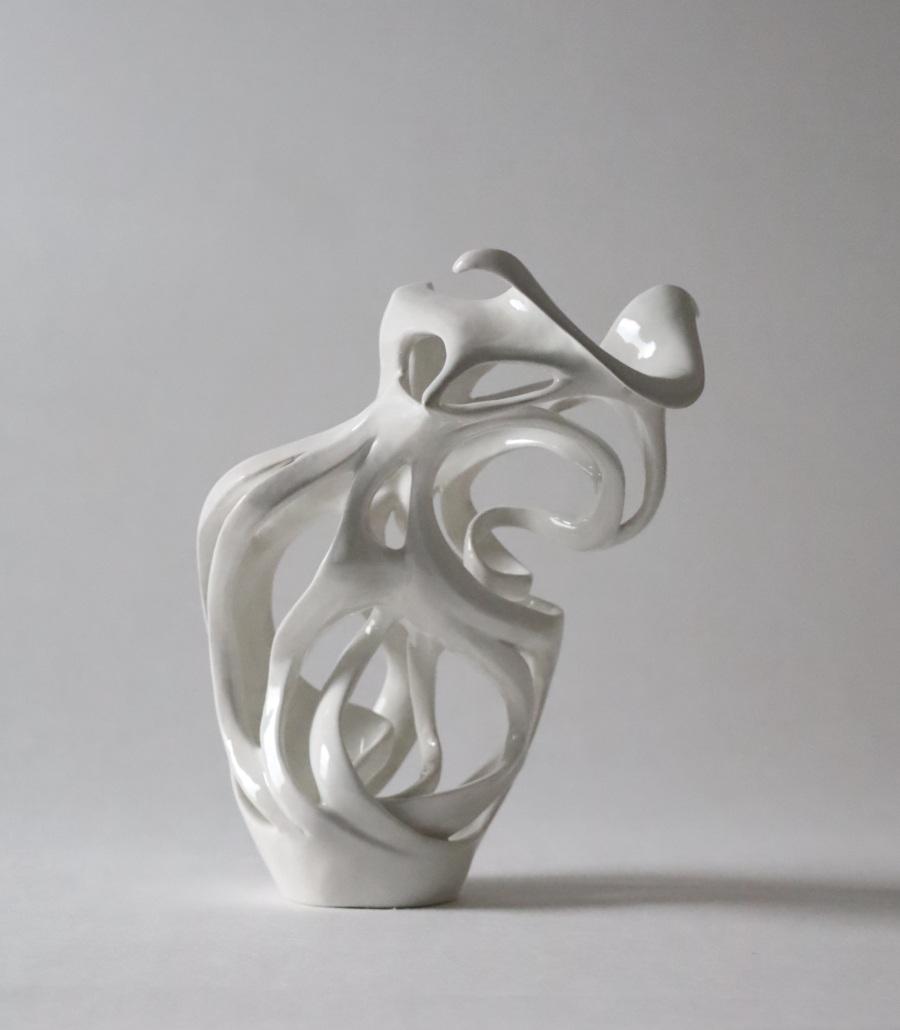 Sculpture céramique contemporaine vue de dos avec son déhanché julie Espiau