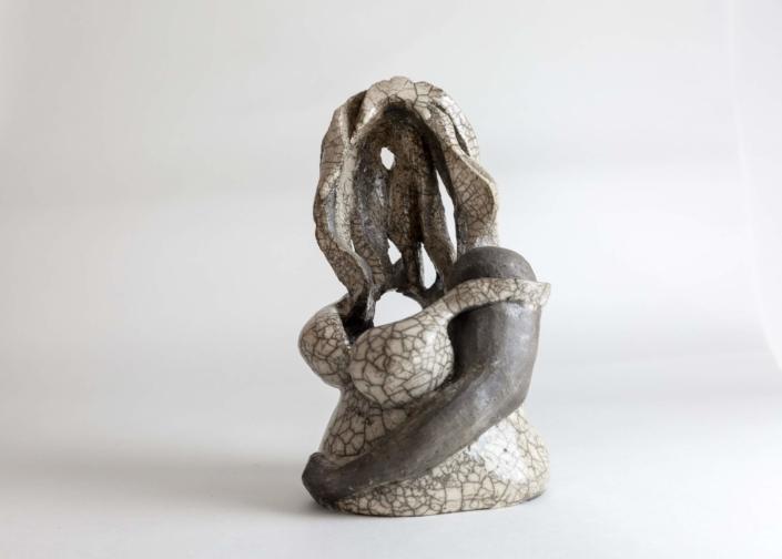 """Julie Espiau Sculptures céramiques Raku """"Macha de la Ville en Rose"""" blanc effet craquelé gris fumée - Artoulouse Prix céramique contemporaine Toulouse France"""