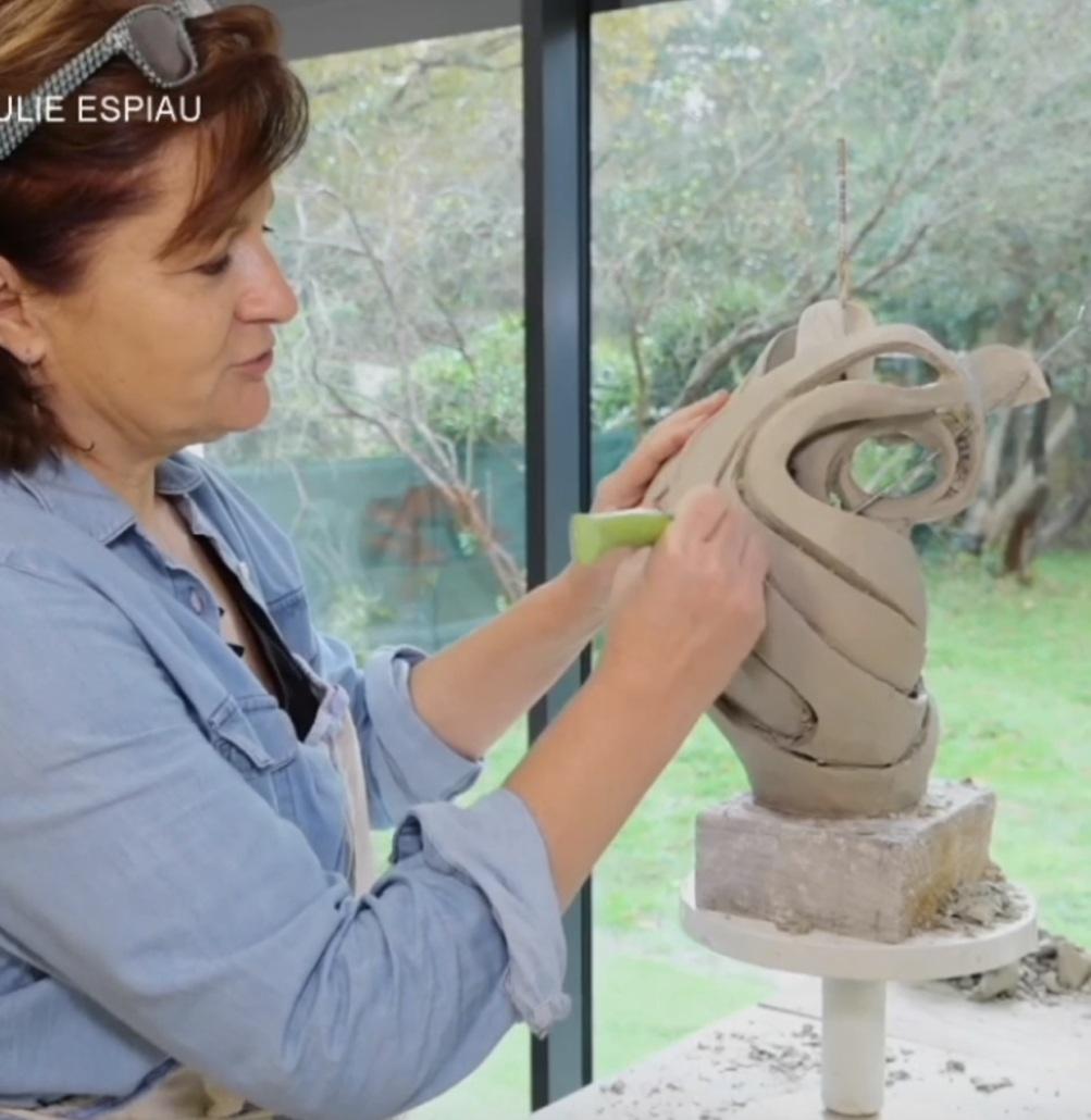 Julie Espiau dans son atelier reportage par TVPI la télévision locale landes pays basque (Journal sud ouest) reportable disponible sur ce site et sur Youtube