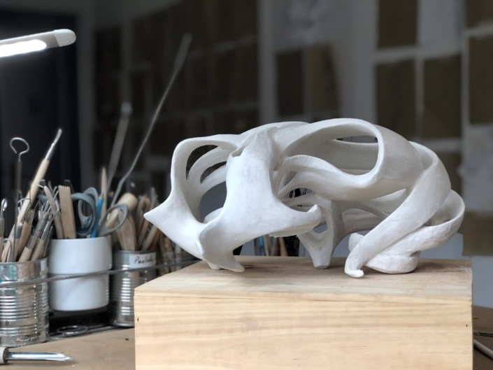 Cette sculpture est le fruit d'une histoire personnelle, d'un handicap d'un corps meurtri que je rends à l'inverse dans mes sculptures, un peu comme une distorsion du corps.