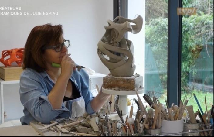 """A l'atelier Sculpture en cours photos prise pendant le reportage TVPI (journal sud-ouest) Julie Espiau artiste sculpteur céramiste création de vides et de pleins """" sculpter le vide"""""""