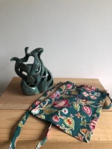 sculpture chaloupée et son emballage cadeau en tissu upcyclé et brodé